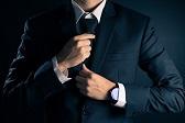 Invitado hombre mostrando el código de vestimenta para la boda