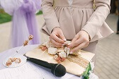 Mujer afinando detalles en la invitación personalizada