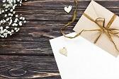 Sobres representando la mesa de regalos en la invitación